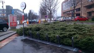 Jedno zo stanovíšť žilinského bikesharingu je pred mestským úradom